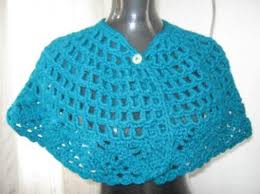 las capas de crochet son prendas ideales para la época de invierno y