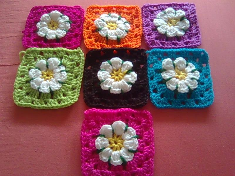 Motivo cuadrado a crochet con flor de relieve - Simple Crochet